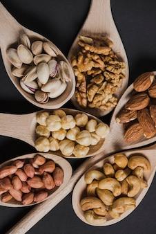 Close-up noix assorties en cuillères