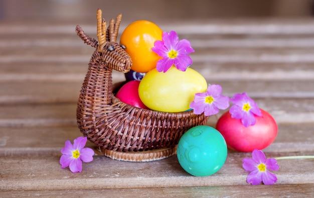 Close-up d'oeufs de pâques avec des fleurs pourpres