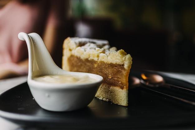 Close up of apple crumble cake dans un café classique sombre.