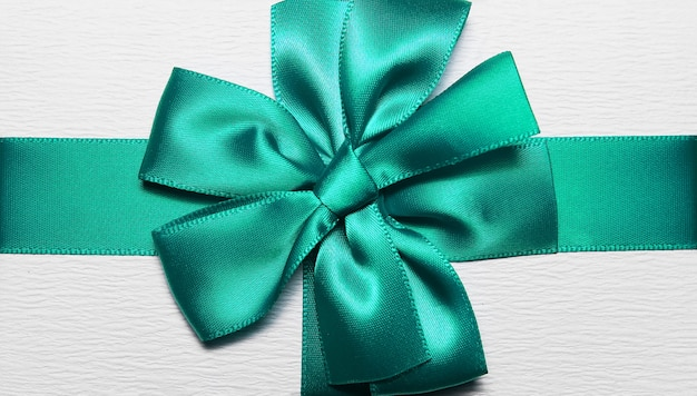 Close-up of aqua menthe ruban d'emballage en forme d'arc pour boîte cadeau blanche