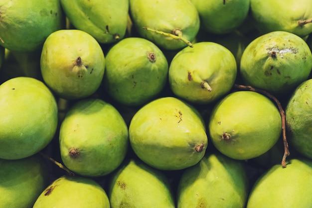 Close up of big fresh green mango, marché de l'alimentation de rue thaïlandaise