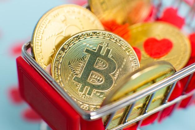 Close up of golden bitcoins ou crypto-monnaie dans le mini panier