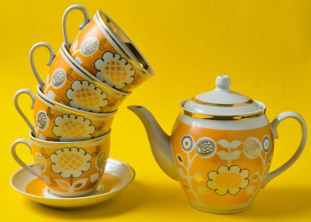 Close up of vintage tea set avec tasses et théière