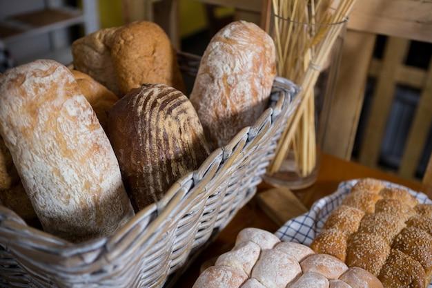 Close-up de pain frais dans un panier en osier sur le comptoir