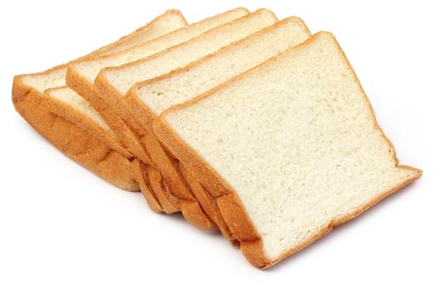 Close up de pains frais sur fond blanc