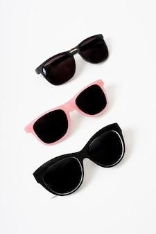 Close-up paires de lunettes de soleil modernes