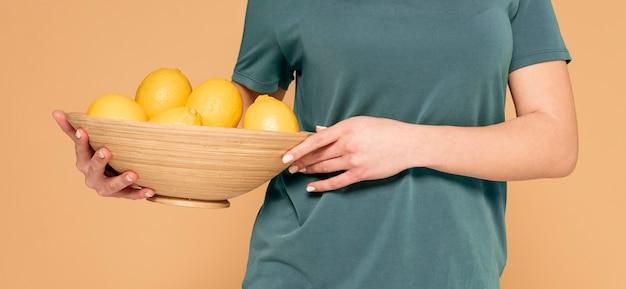 Close up panier avec des citrons