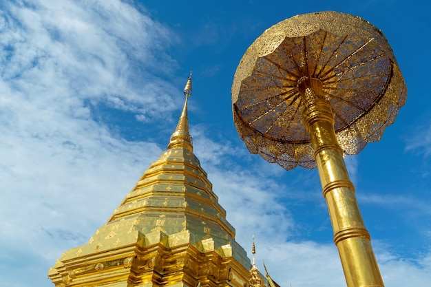 Close-up partie supérieure de la pagode d'or et parapluie à wat phra that doi suthep dans le ciel bleu nuage, temple phra that doi suthep à chiang mai, thaïlande, destination de voyage