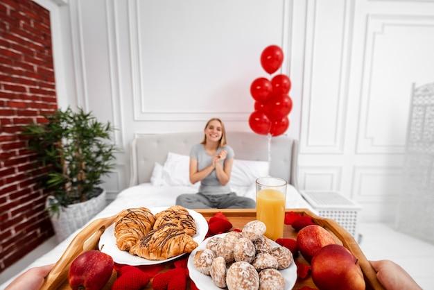 Close-up partner femme surprenante avec petit déjeuner