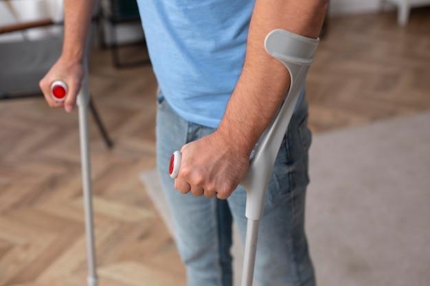 Close up patient marchant avec des béquilles
