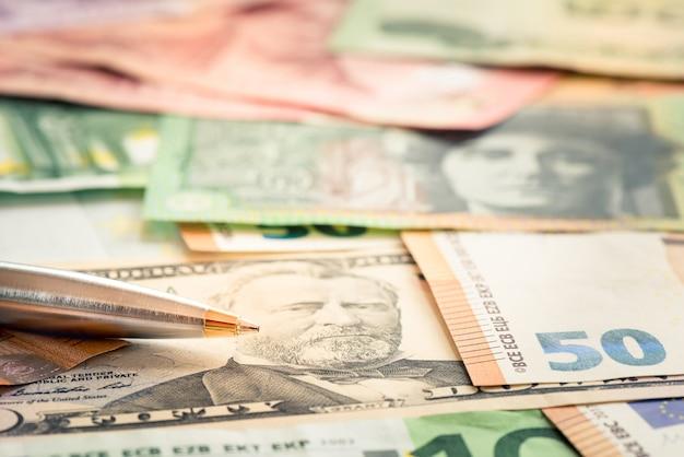 Close-up pen sur dollar usd aud et eur facture