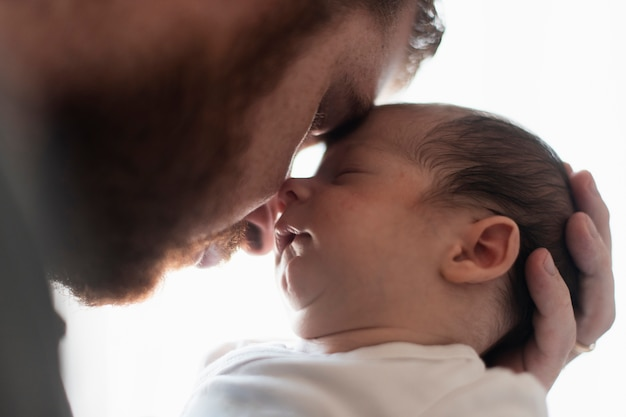 Close-up père et fils ayant un moment
