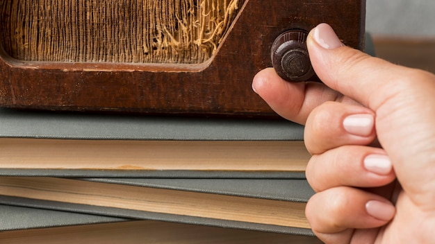 Close-up personne à l'aide d'un bouton radio vintage