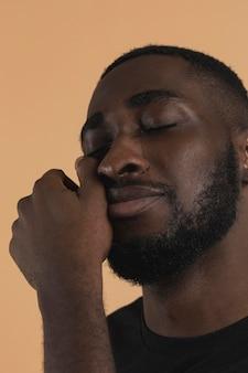 Close-up personne essuyant ses larmes