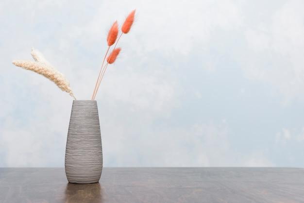 Close-up petit vase avec des plantes séchées