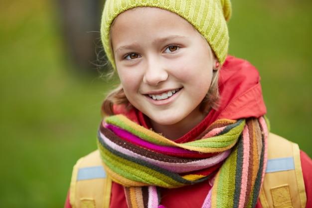 Close-up d'une petite fille avec un chapeau d'hiver et une écharpe