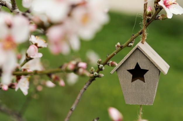 Close-up petite maison en bois dans un arbre