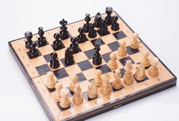 Close up de pièces d'échecs en bois à bord
