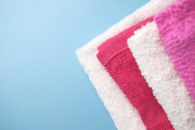 Close up de pile de serviette de douche sur la table