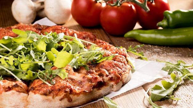 Close-up pizza aux légumes