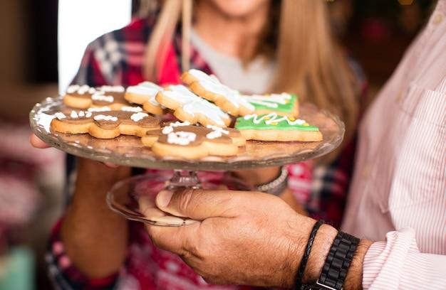 Close-up d'un plateau avec des biscuits de noël