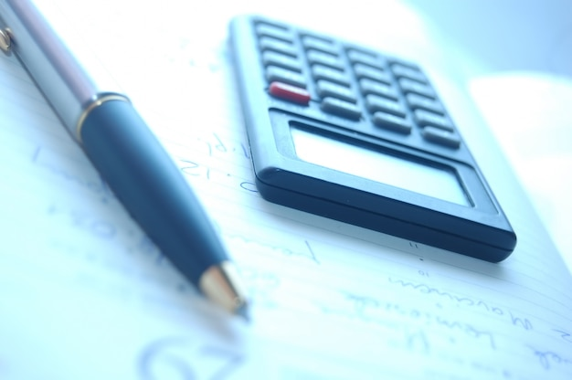 Close-up de la plume avec une calculatrice