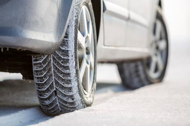 Close-up de pneus en caoutchouc de roues de voiture dans la neige profonde