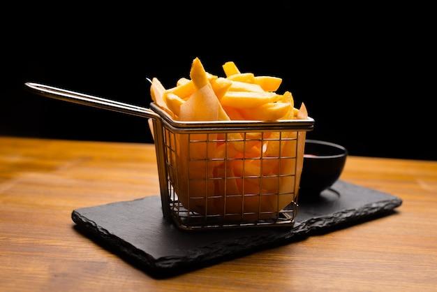 Close up de pommes de terre frites sur bois
