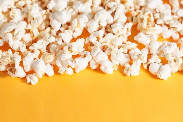 Close up de pop-corn soigneusement plié sur orange. concept de maïs croustillant.