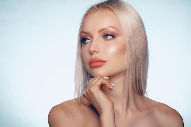 Close up portrait de beauté d'une femme blonde avec une peau parfaite et des lèvres charnues