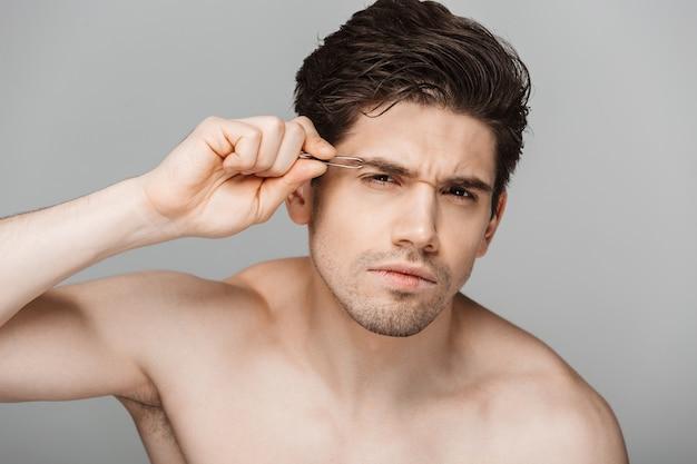 Close up portrait de beauté d'un jeune homme concentré à moitié nu