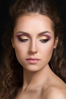 Close-up portrait de beauté de jeune mannequin jolie brune avec maquillage yeux smokey fashion.