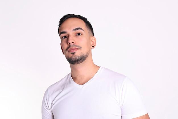Close-up portrait d'un bel homme en t-shirt blanc