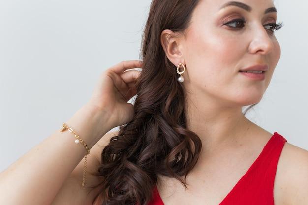 Close-up portrait de la belle jeune femme avec des bijoux de luxe élégants et bijouterie.