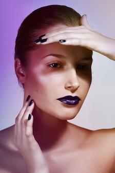 Close-up portrait de belle jeune femme caucasienne avec maquillage glamour