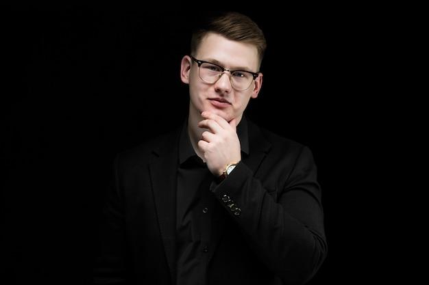 Close-up portrait de confiant beau élégant homme d'affaires responsable avec la main dans son menton