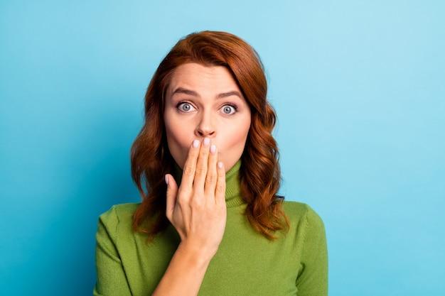 Close-up portrait d'elle elle belle jolie jolie fille aux cheveux ondulés drôle fermant la bouche vous envoyant un baiser de coup d'air isolé sur un mur de couleur turquoise bleu turquoise vif brillant