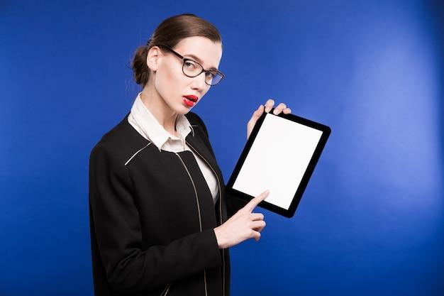 Close-up portrait d'une fille avec une tablette dans les mains
