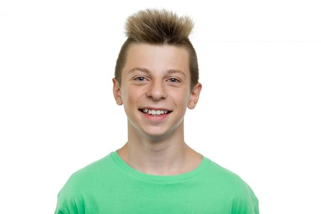 Close-up portrait de garçon adolescent qui rit heureux