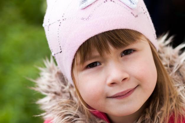 Close-up portrait de heureuse petite fille souriante