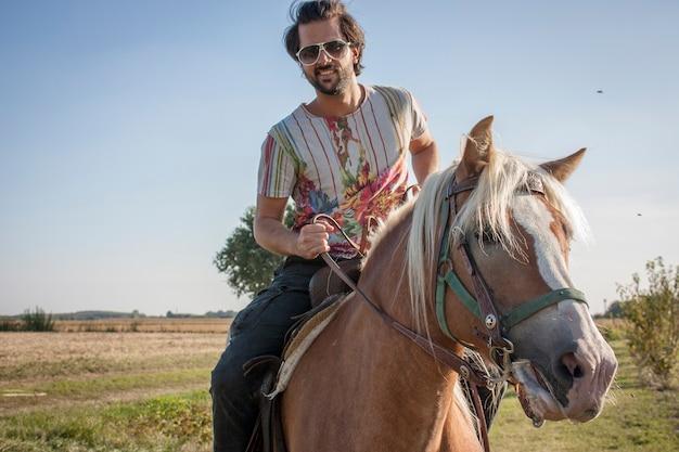 Close up portrait d'homme à cheval