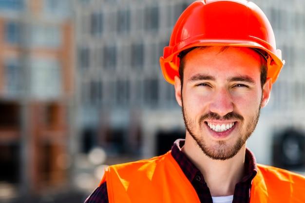 Close-up portrait d'ingénieur en construction en regardant la caméra