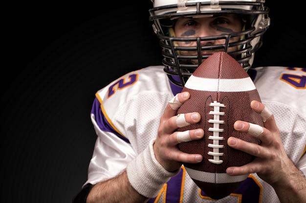 Close-up portrait, joueur de football américain, barbu en casque. concept de football américain, patriotisme, gros plan.