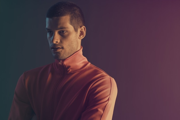 Close-up portrait of attractive male model. lumière flash couleur