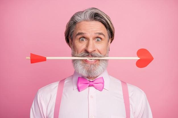 Close-up portrait of funny man holding en flèche de dents
