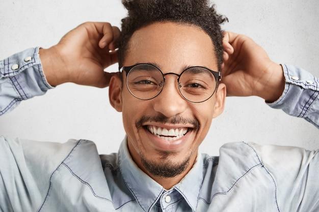 Close up portrait of handsome race male avec moustache et petite barbe