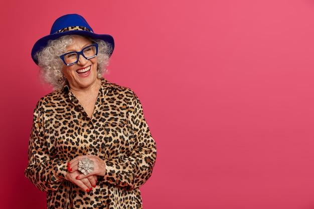 Close up portrait of happy mamie à la mode ridée