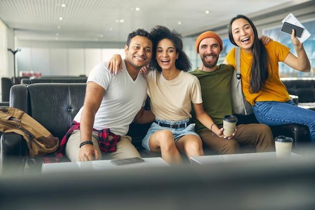 Close up portrait of happy smiling meilleurs amis posant à l'appareil photo à l'aéroport
