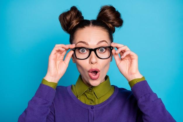 Close-up portrait of her she nice attractive funny stupéfié gai gai écolière aux cheveux bruns moue réaction des lèvres isolée sur fond de couleur turquoise vif bleu vif éclatant bleu sarcelle turquoise