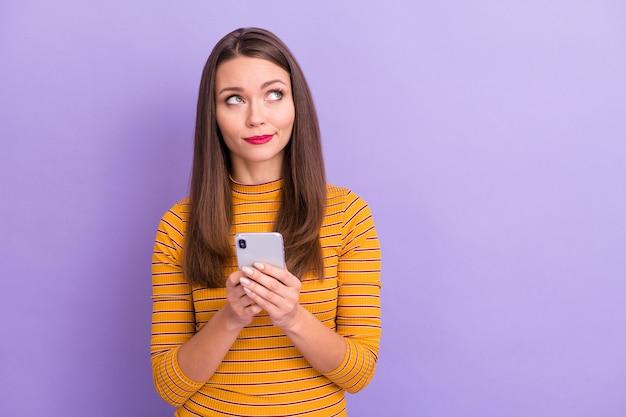 Close-up portrait of her she nice-looking attrayante mignonne charmante charmante fille perplexe utilisant le wi-fi cellulaire créant un nouveau service smm de canal isolé sur violet violet lilas couleur pastel